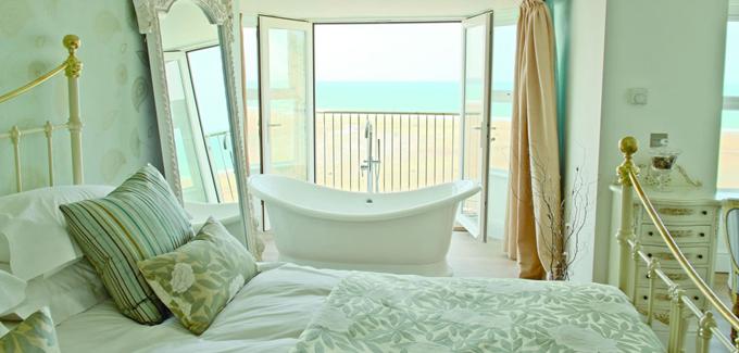 10 salles de bains ouvertes sur chambre originales et audacieuses d co salle de bains. Black Bedroom Furniture Sets. Home Design Ideas