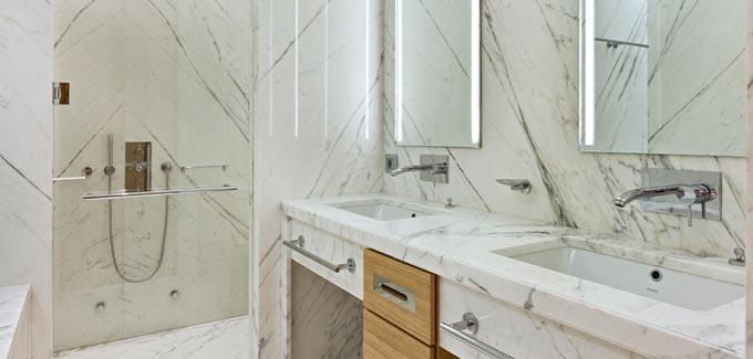La beaut du marbre dans une salle de bain blog d co - Peindre du marbre salle de bain ...