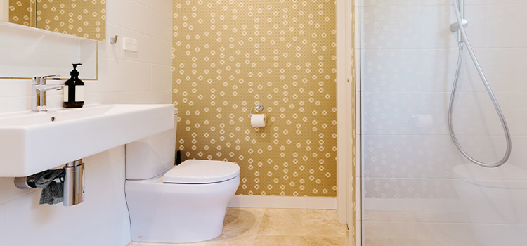 papier peint jaune avec motifs blancs dans une salle de bains