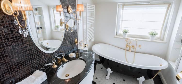 Une salle de bains baroque noire et blanche