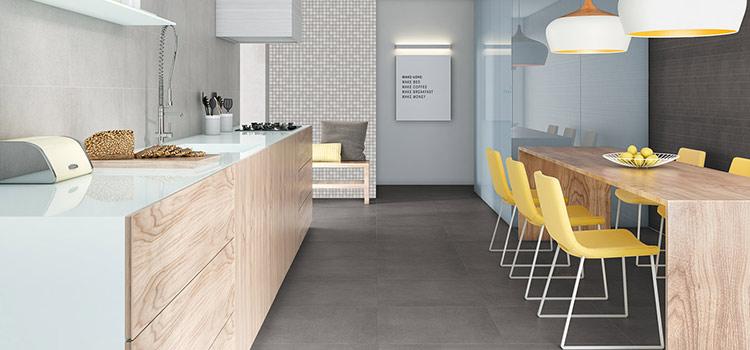 L'espace repas fait face au plan de travail dans cette cuisine ouverte contemporaine.
