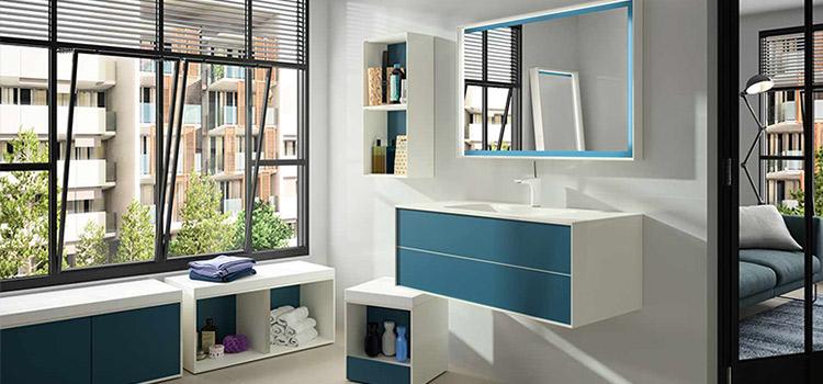 Salle d'eau bleu et blanc design avec grande vasque et miroir