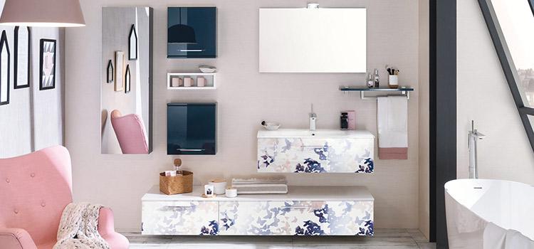 Salle de bains à motifs papillons avec rangements et vasque
