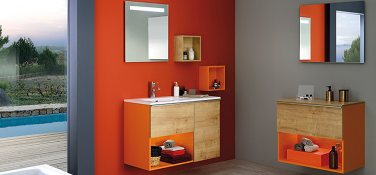 Salle de bains au design vitaminé avec murs orange