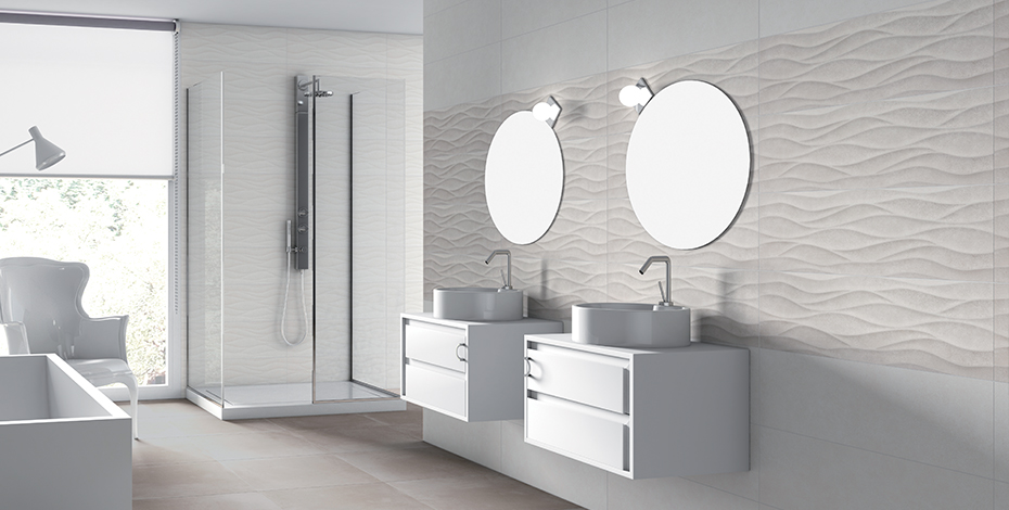 Salle de bain épurée avec double vasque et crédence à motifs