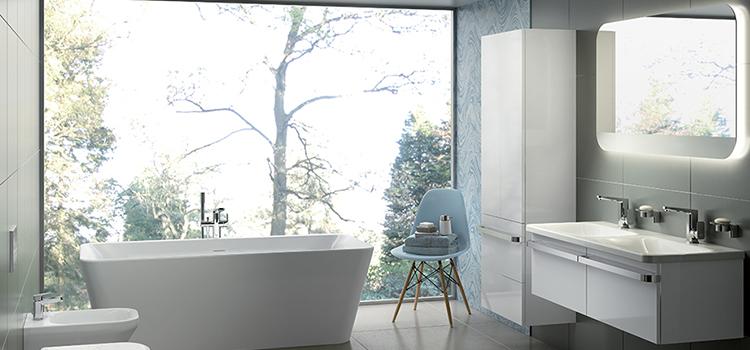 Salle de bains avec double vasque et miroir rétroéclairé