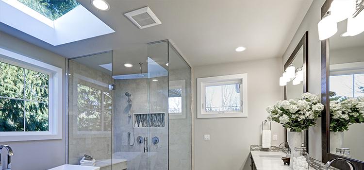Grande salle d'eau élégante avec fenêtre et aération