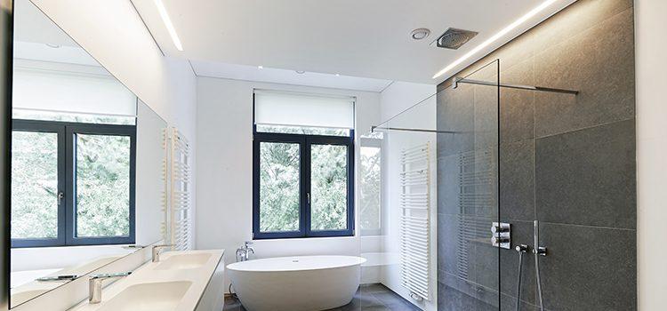 Aération mécanique et fenêtre dans salle de bain design