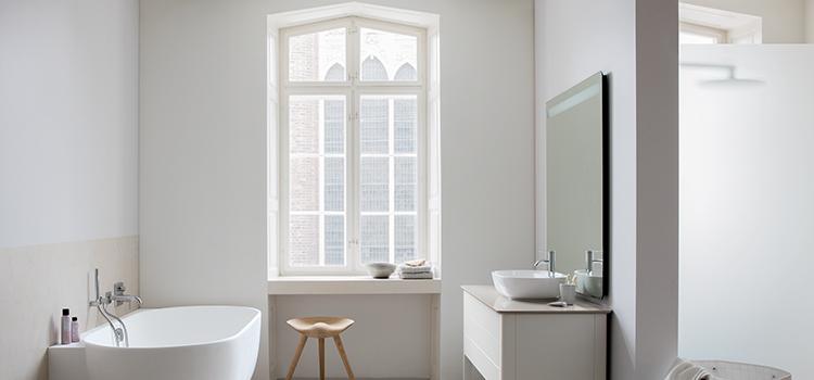 Salle de bains rétro avec fenêtre