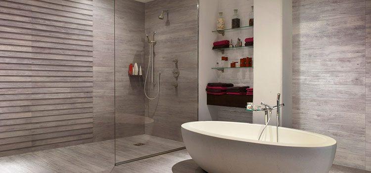 Salle de bain design avec baignoire hors sol