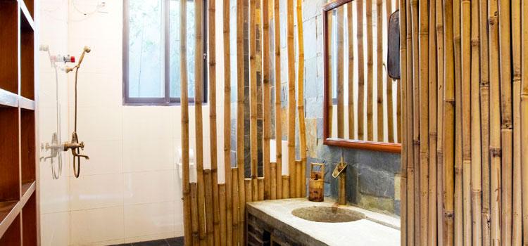 Salle de bain avec parement en bambous