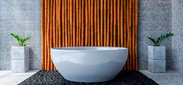 Une Salle De Bain Zen Avec Le Bambou. Baignoire Avec Revêtement Mural En  Bambous