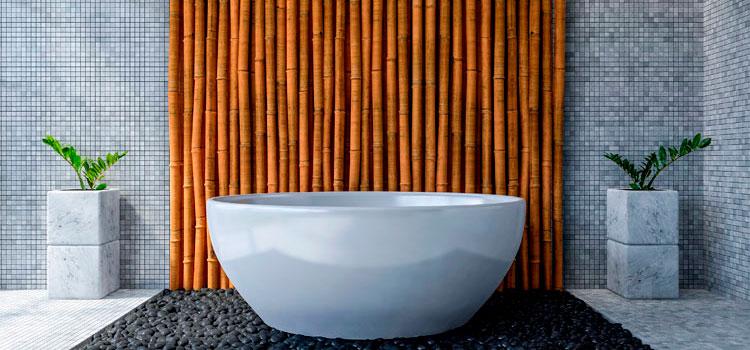 Baignoire avec revêtement mural en bambous