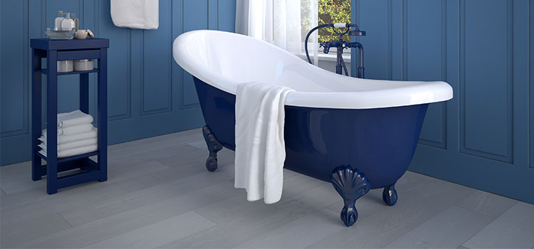 Baignoire à pied bleu foncé avec serviette de bain
