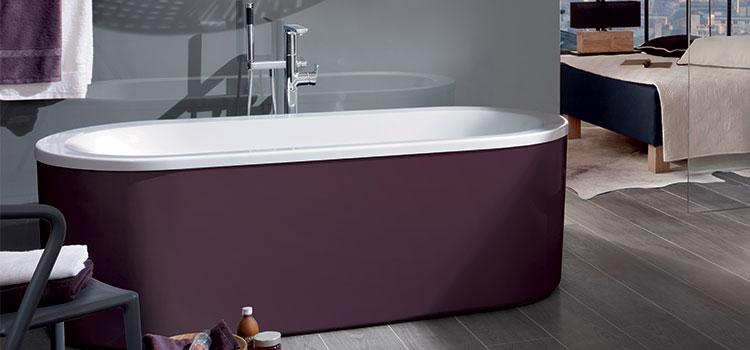 Baignoire cuve grenat dans salle de bain moderne