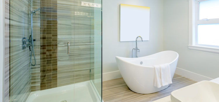 Baignoire verticale et douche italienne dans salle de bain élégante