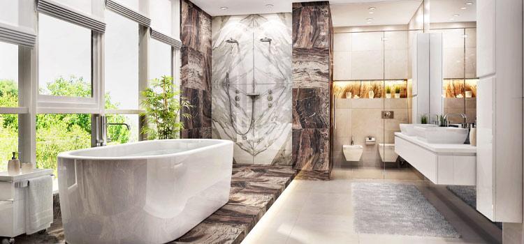Salle de bain design avec baignoire hors sol dans les tons or et blanc