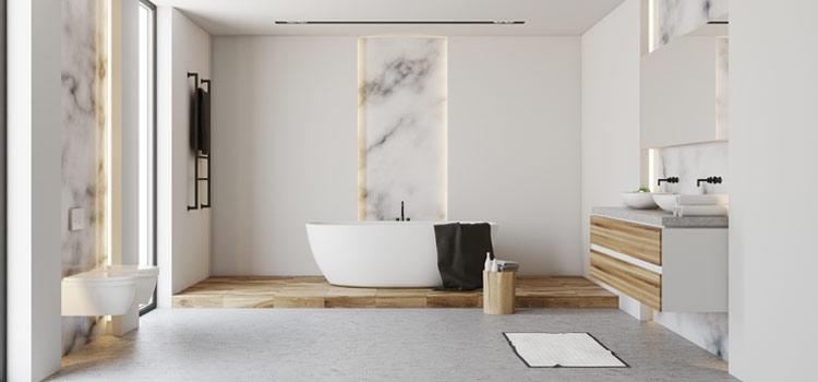 Vaste salle de bains design avec marbre et tons clairs