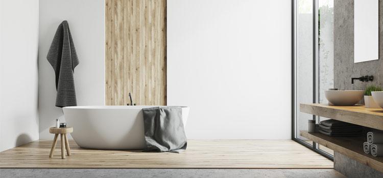 Salle de bain épurée au style design avec baignoire hors sol