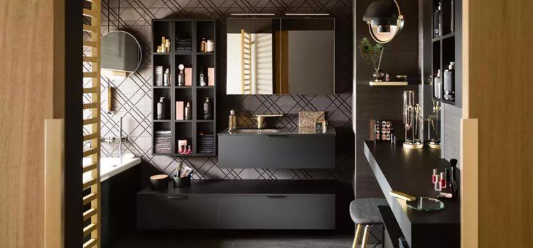 Salle de bain noire contemporaine avec nombreux rangements et accessoires