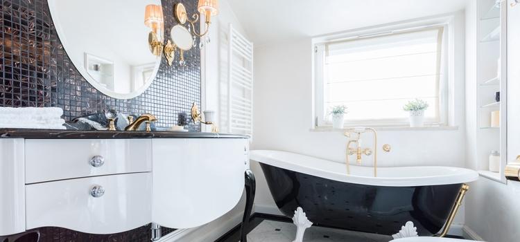 Salle de bain noire et blanche style baroque