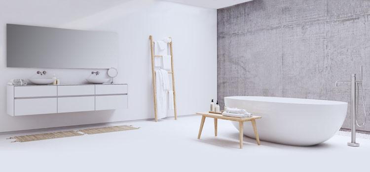 Mur en béton ciré dans une salle de bains épurée