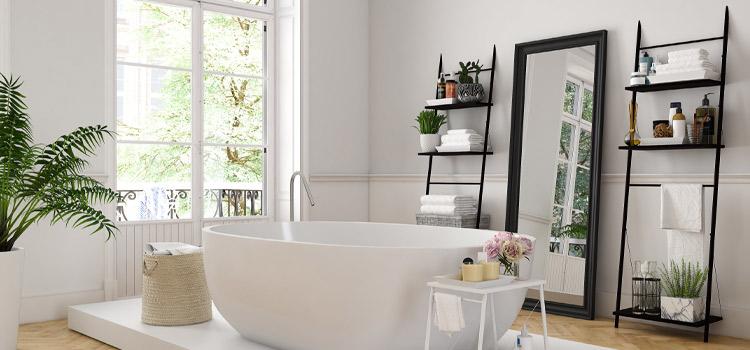 Grande baignoire hors sol dans une salle de bain blanche moderne