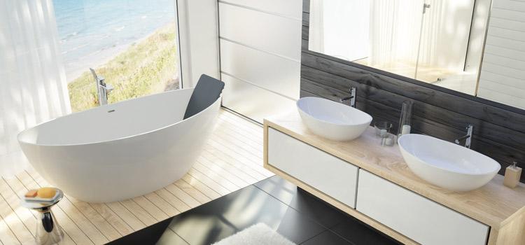 Baignoire îlot dans une salle de bains en bois clair