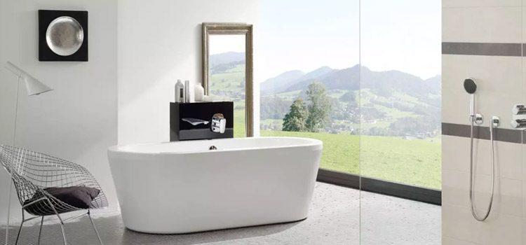 Baignoire îlot dans une salle de bains moderne