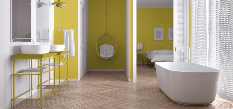 Murs jaune moutarde dans une salle de bain classique