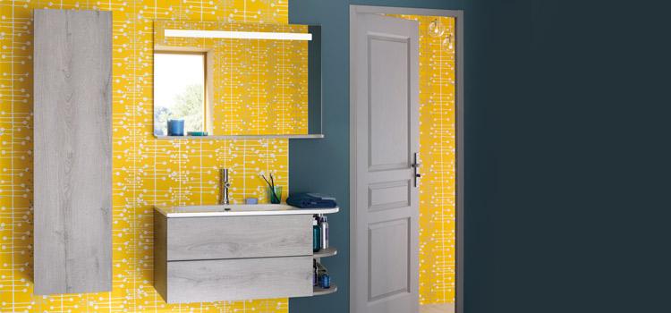 Salle de bains avec revêtement mural jaune