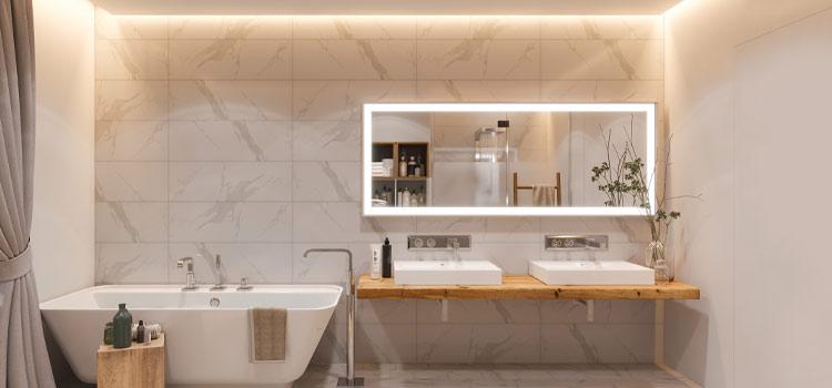 Salle de bains avec miroir mural à led