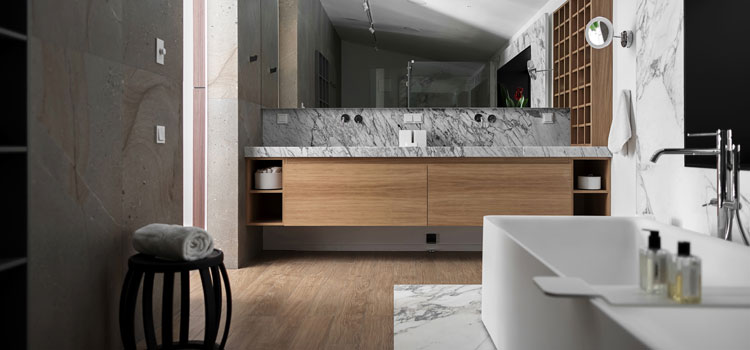 Salle de bains classique avec carrelage imitation parquet