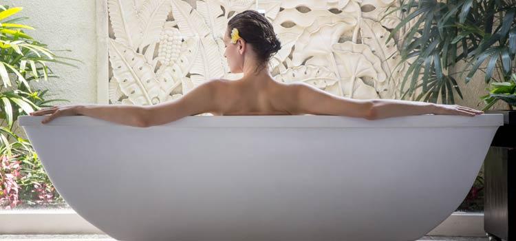 Femme de dos dans une baignoire