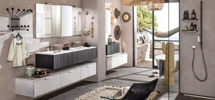 Grande salle de bains design bien aménagée avec vaste miroir et double vasque