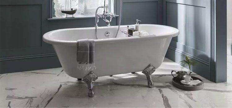 Baignoire vintage à pieds argentés