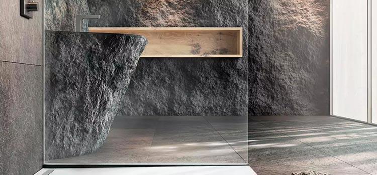 Espace d'eau avec revêtement mural en pierre naturelle façon granit brut
