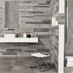 La pierre naturelle dans la salle de bains