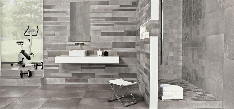 Salle de bains avec murs façon pierre naturelle