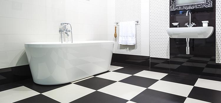 Salle de bains avec carrelage damier