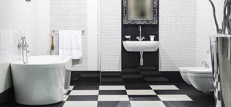 Carrelage damier au sol dans salle de bains
