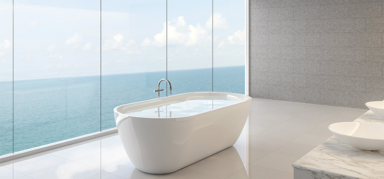Salle de bains épurée avec vue mer