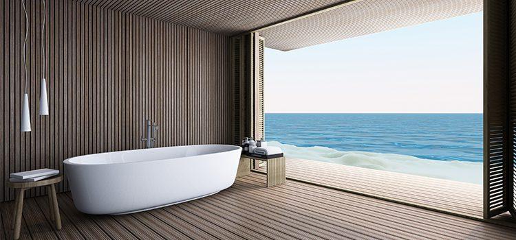 Salle de bains avec baignoire ilot et vue sur mer