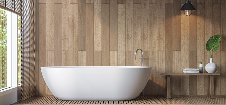 Salle de bains avec baignoire de plain pied
