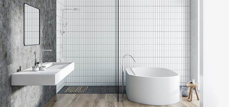 Baignoire îlot dans salle de bains naturelle