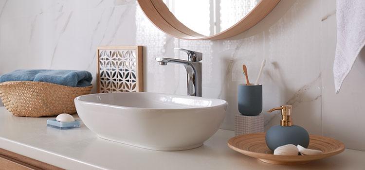 Vasque et miroir rond dans salle d'eau moderne