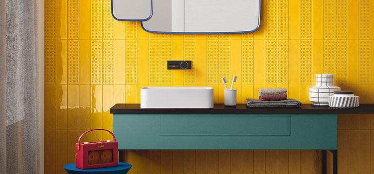 Salle de bains à carrelage mural jaune