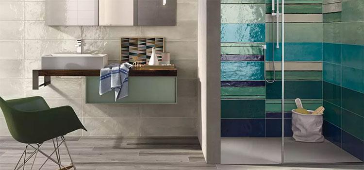 Salle de bains tendance avec carrelage coloré