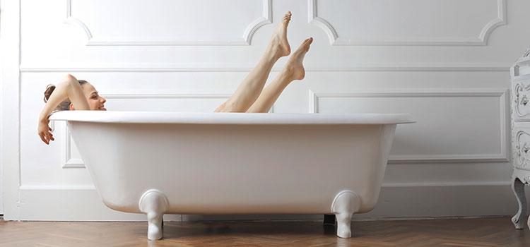 Personne se prélassant dans une baignoire en fonte
