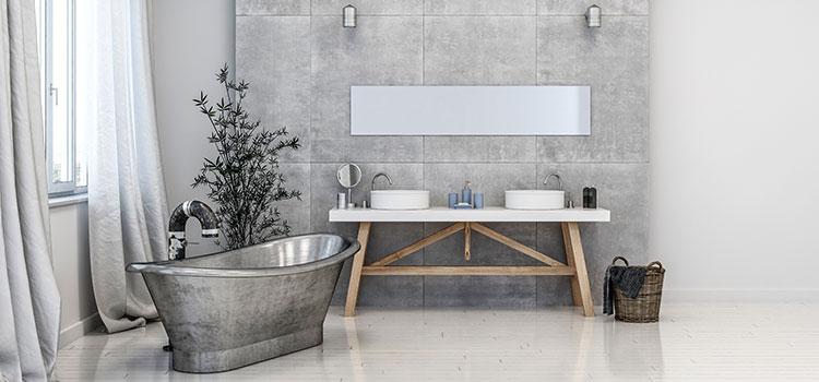 Salle de bains vintage avec baignoire métallique